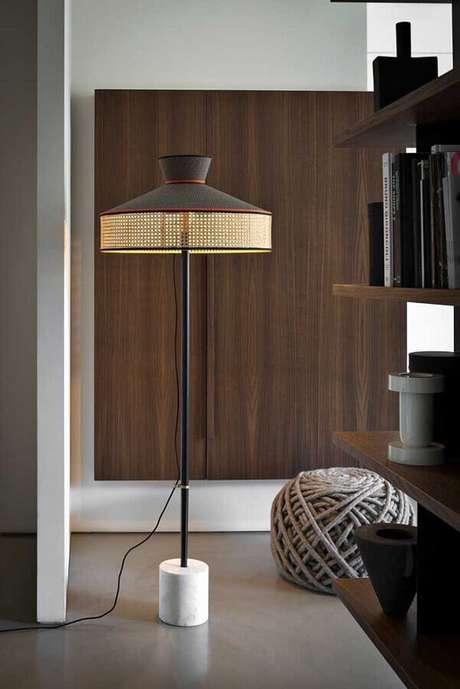 50. Decoração moderna com abajur de pé com design diferente – Foto: Home Fashion Trend