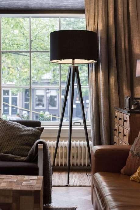 2. Abajur de pé preto para sala decorada com sofá de couro – Foto: Pinterest