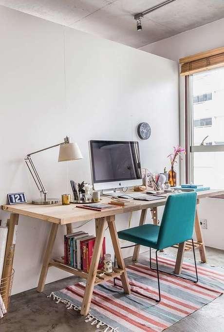 18. Escritório com mesa de cavalete e cadeira turquesa moderna – Foto Pinterest