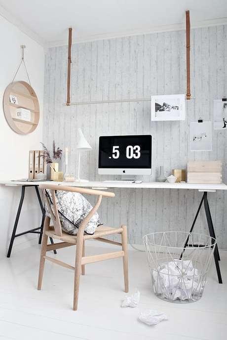 31. Mesa cavalete de ferro com tampo branco – Foto Ferm