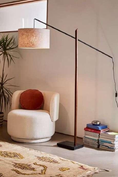 32. Decoração com abajur de pé e poltrona branca pequena moderna – Foto: Urban Outfitters
