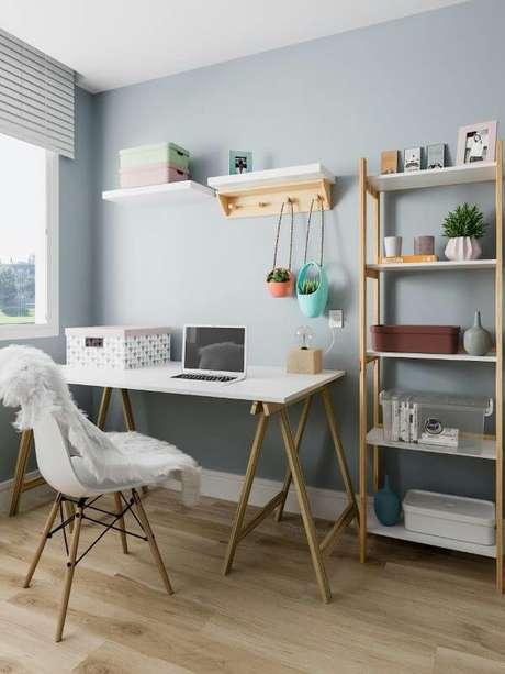 52. Decoração com conjunto de mesa e estante para escritório de madeira – Foto Pinterest