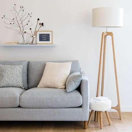 1. Abajur de pé de madeira para sala minimalista decorada com sofá cinza claro – Foto: Maisons du Monde