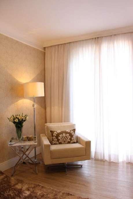 45. Decoração em cores neutras com abajur de pé alto para sala – Foto: Casa de Valentina