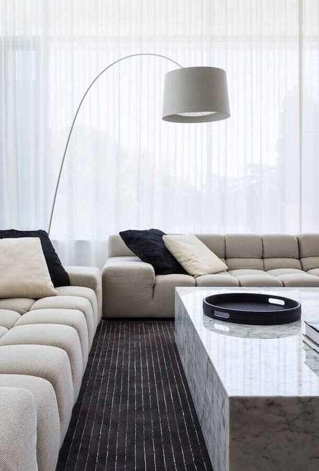 19. Abajur de pé para sala de estar moderna decorada com sofá modulado – Foto: Futurist Architecture