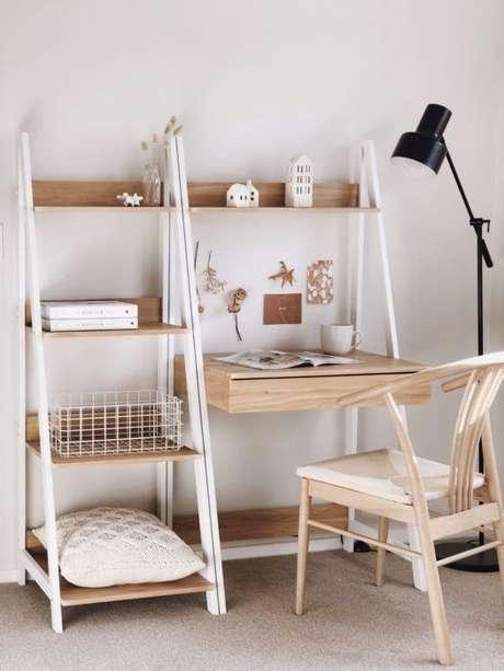 24. Escrivaninha pequena com estante cavalete no home office – Foto OkChicas