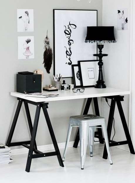 56. Mesa cavalete preta com tampo branco – Foto Decorfacil
