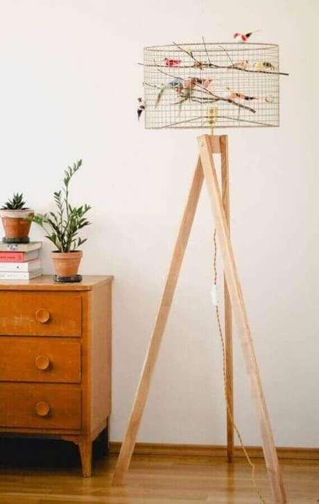 55. Modelo simples de abajur de pé de madeira – Foto: Etsy