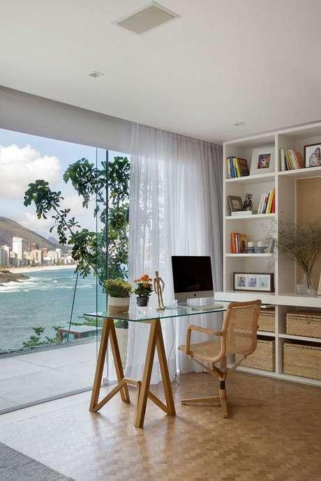 36. Mesa de escritório de vidro com pé de cavalete – Foto Casa de Valentian