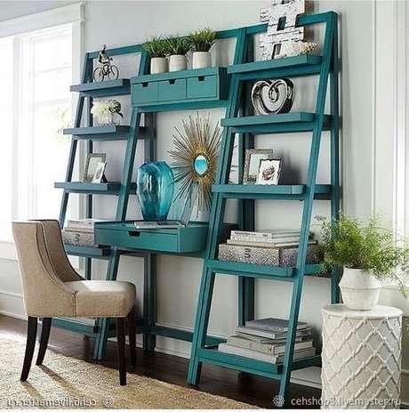 21. Escrivaninha com estante cavalete turquesa na sala de estar – Foto Live Master