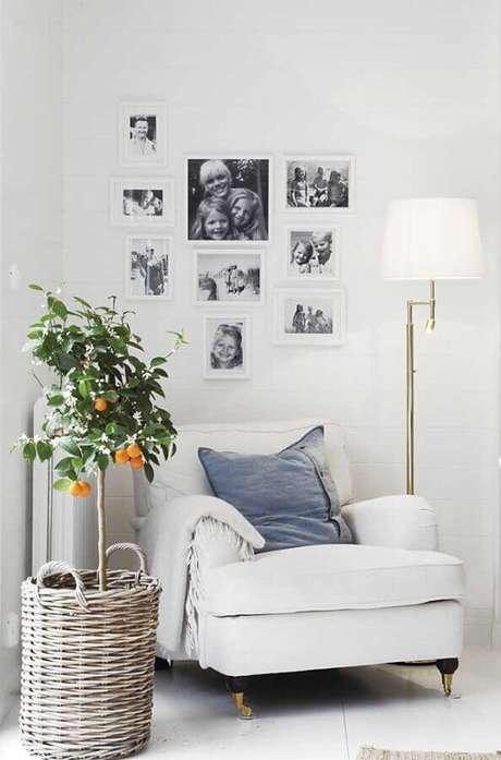 28. Cantinho de leitura todo branco decorado com abajur de pé – Foto: Pinterest