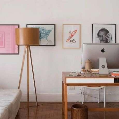 54. Home office decorado com abajur de pé de madeira – Foto: Histórias de Casa