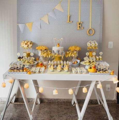 54. Festa de aniversário decorada com mesa cavalete e tons de amarelo e azul – Foto Pinterest