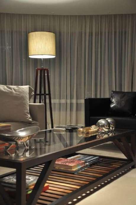 10. O abajur de pé alto se destaca na decoração da sala de estar – Foto: Luiz Humberto de Albuquerque