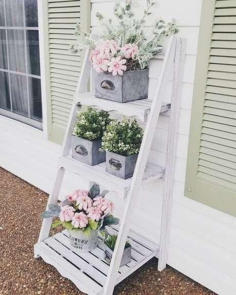 25. Estante cavalete branca para jardim decorado com flores – Foto Patio DIY