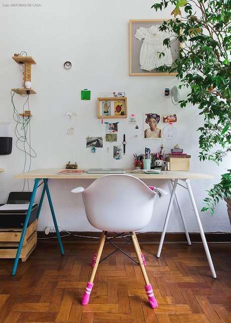 16. Decoração criativa com cavalete de madeira – Foto Histórias de Casa
