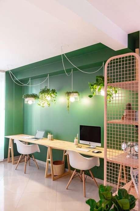 38. Mesa de madeira com cavalete para dois lugares – Foto Gazeta do Povo