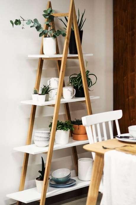 62. Sala de jantar com estante cavalete escada – Foto SaraH lwinsombe