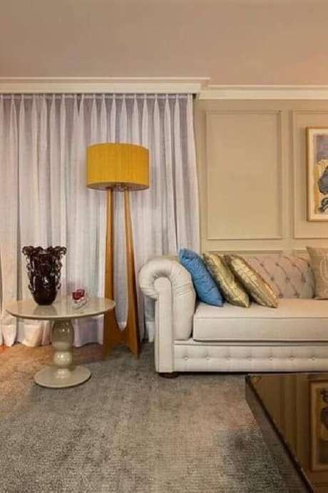 14. Abajur de pé de madeira para decoração de sala com sofá clássico – Foto: Abreu Borges