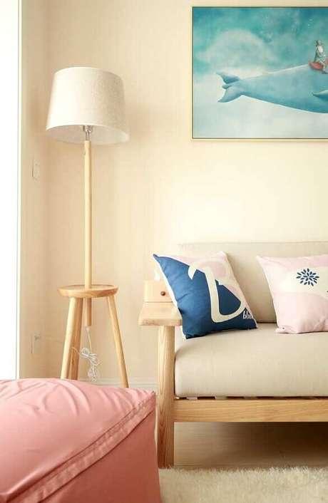 27. Abajur de pé para sala simples decorada em cores claras – Foto: Pinterest