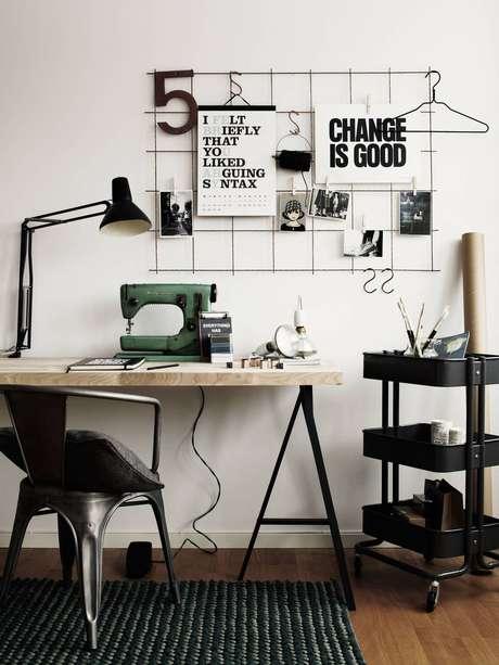 19. Escrivaninha com cavalete e máquina de costura – Foto Gazeta do Povo