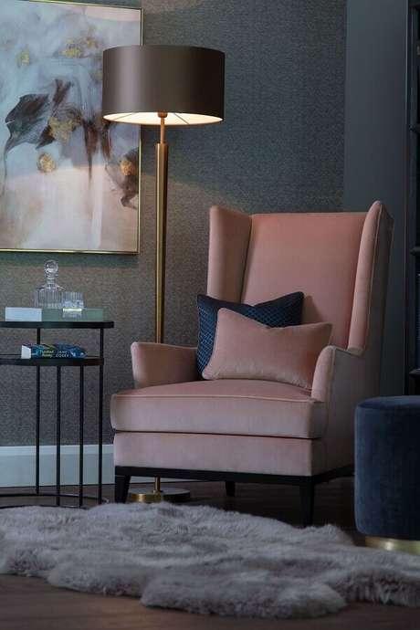 7. Abajur de pé para cantinho de leitura decorado com poltrona rosa – Foto: The Sofa & Chair Company