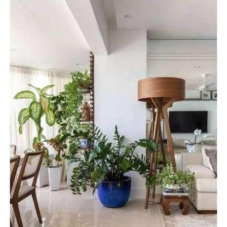 36. Decoração com abajur de pé para sala de apartamento integrada com varanda – Foto: Pinterest