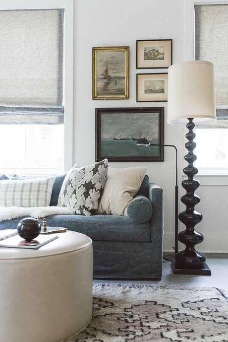 61. Sala simples decorada com abajur de pé alto e cores claras – Foto: Houzz