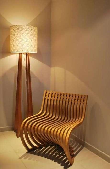 41. Decoração com poltrona moderna e abajur de pé de madeira para sala em cores neutras – Foto: Projetica Design e Arquitetura