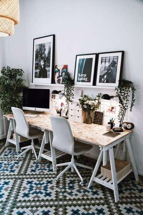 60. Sala com cavalete e cadeira para escritório – Foto Style Lovely