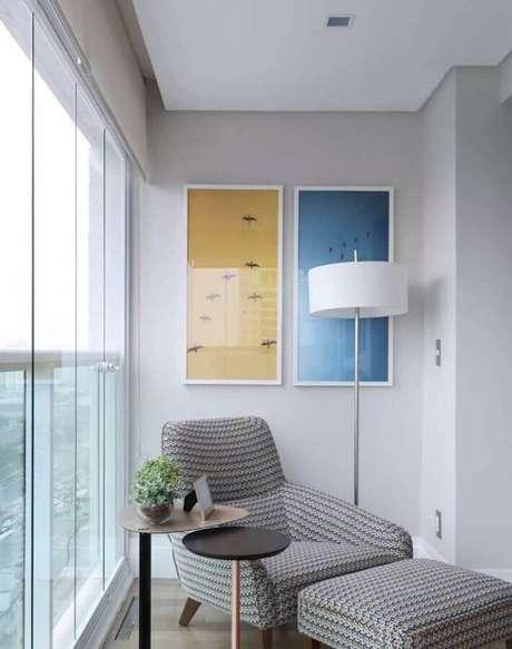 3. Cantinho de leitura decorado com poltrona confortável e abajur de pé alto – Foto: Pinterest