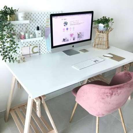 48. Home office com mesa de caveletes simples – Foto Pinterest