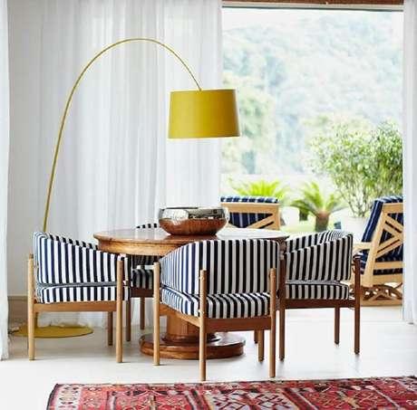 11. Abajur de pé amarelo para sala de jantar decorada com cadeira estofada listrada – Foto: Marina Linhares Interiores