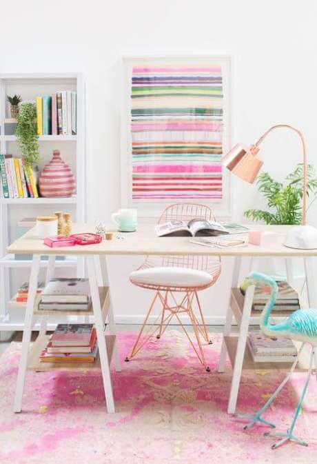 42. Mesa cavalete decorada com livros e estante atrás – Foto decorfacil