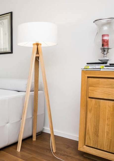 35. Decoração simples com abajur de pé para sala branca – Foto: Pinterest