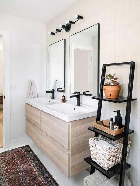 66. Banheiro com estante cavalete preta – Foto Iluminate Vintage