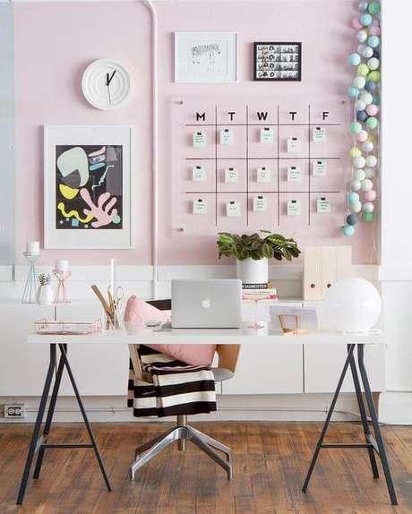 49. Escritório cor de rosa com cavaletes pretos e mesa branca – Foto Vera Marques Blog