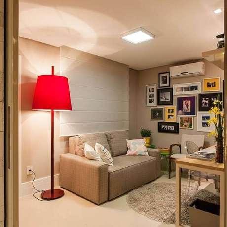 56. Sala bege simples decorada com abajur de pé alto vermelho – Foto: Pinterest