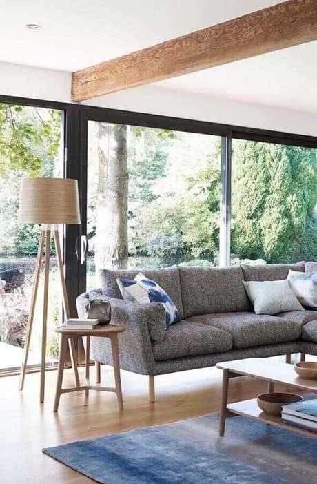 42. Decoração com sofá cinza e abajur de pé de madeira para sala com portas de vidro – Foto: Apartment Therapy