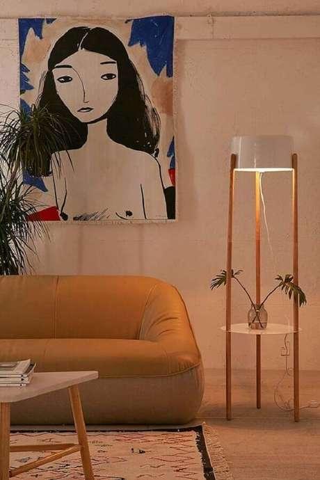 23. Abajur de pé para sala decorada com sofá moderno e quadro grande – Foto: Casa de Valentina