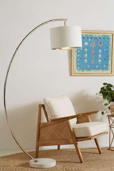 22. Abajur de pé para sala decorada com poltrona de madeira – Foto: Anthropologie
