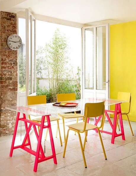 58. Mesa de jantar de vidro com estrutura de cavalete pink -Foto Reciclar e decorar