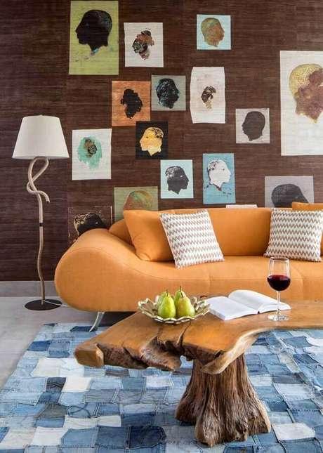 26. Abajur de pé para sala moderna decorada com sofá laranja e mesa de centro rústica – Foto: Houzz