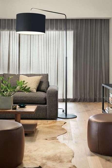 16. Abajur de pé para sala cinza moderna decorada com tapete de couro – Foto: Home Fashion Trend
