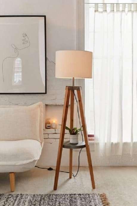 44. Decoração em cores claras para sala com abajur de pé de madeira e sofá sem braço – Foto: Urban Outfitters