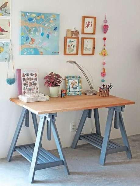 33. Mesa com cavalete azul e tampo de madeira – Foto Pinterest