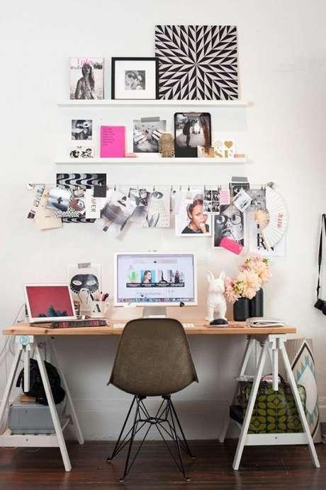 67. Cavalete branco com tampo de madeira e cadeira preta – Foto Pinterest