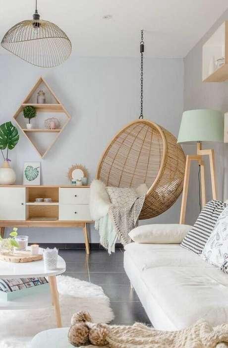18. Abajur de pé para sala clean decorada com balanço suspenso rústico – Foto: Apartment Therapy