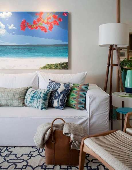 13. Abajur de pé de madeira para decoração de sala com almofadas estampadas para sofá branco – Foto: Juliana Pippi