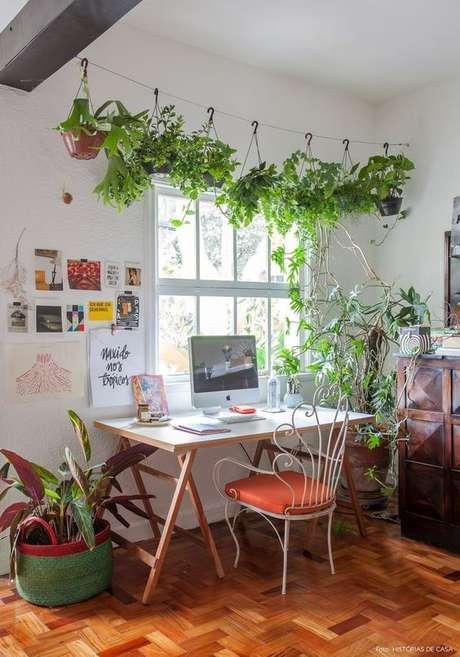 11. Cavalete de madeira para mesa de escritório rústica – Foto Historias de Casa